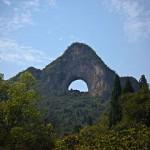 """Foto (Frodosleveland / Wikipedia, CC BY-SA 3.0 DE): Mondhügel (月亮山; Pinyin: Yuèliàng Shān), Yangshou"""""""